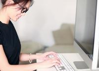 moderne Studentin am Computer